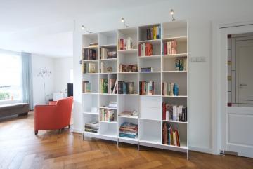 ABC-Quadrant-boekenkast-met-verlichting-en-laden-lak-zuiver-wit