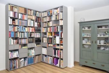 ABC-Quadrant-boekenkast-hoekkast-met-laden-en-laadjes-lak-taupe-Nepal-Dark