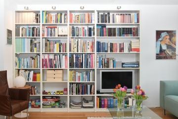 Boekenkast met TV-plek, massief hout, lak RAL-9002 grijswit mat