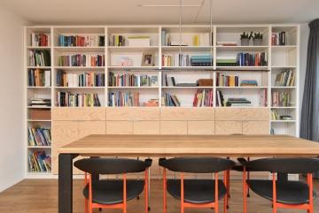 Boekenkast van hout (lak wit) met deuren en laden van multiplex (blanke lak)