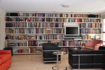 Boekenkastwand-op-maat-van-multiplex-en-stalen-dragers-van-Elfa