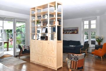 Roomdivider of ruimtedeler van massief vurenhout en multiplex, blank gelakt
