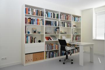 Boekenkast / thuiswerkplek van massief hout, wit gelakt RAL9010