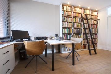 Thuiswerkplek-met-kast-en-bureautafels-wit-en-eiken