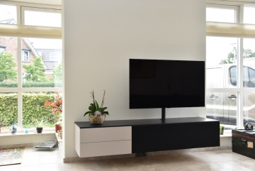 Interstar-hangend-TV-meubel-lak-Albast-Kosmosblauw-en-klep-van-doek-IR-signaal-doorlatend