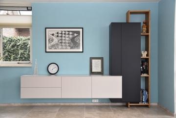 Interstar-dressoir-wandkast-combinatie-lak-Albast-Kosmosblauw-en-massief-eiken